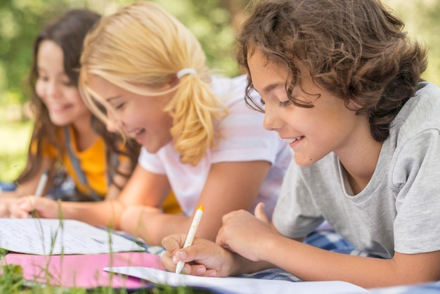 Widok z boku dla dzieci w parku pisania