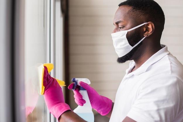 Widok z boku dorosłego mężczyzny do czyszczenia okna