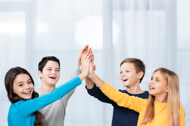Widok z boku dzieci mają piątkę