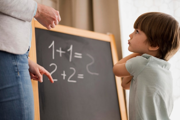 Widok z boku dziecka uczy matematyki w domu