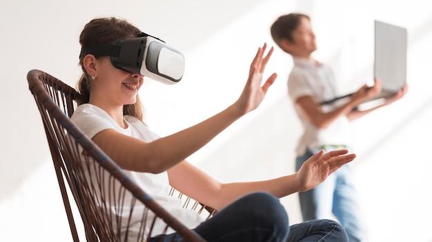 Widok z boku dziewczyna z wirtualnej rzeczywistości zestaw słuchawkowy