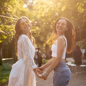 Widok z boku dziewczyny, trzymając się za ręce
