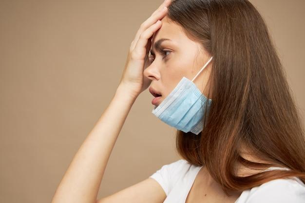 Widok z boku dziewczyny z maską medyczną na twarzy