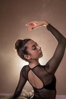Widok z boku eleganckiej pozycji baleriny