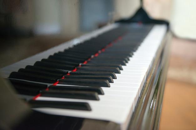 Widok z boku fortepianu z klawiszami utraconymi w widoku z boku z małą głębią ostrości