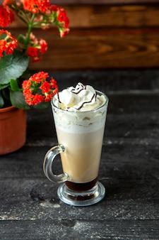 Widok z boku kawy latte