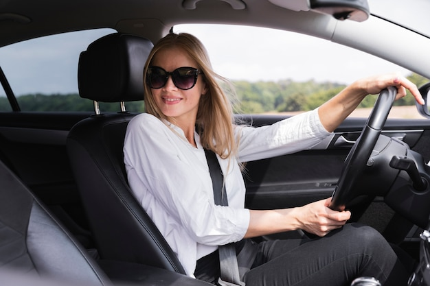 Widok z boku kierowcy z okularami przeciwsłonecznymi