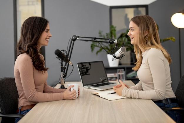 Widok z boku kobiet w studio podczas audycji radiowej