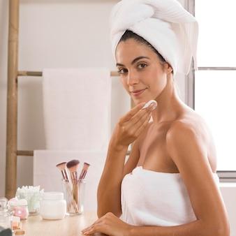 Widok z boku kobieta noszenie ręczników