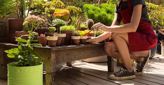 Widok z boku kobieta ogrodnictwo