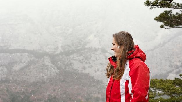 Widok z boku kobieta w przyrodzie