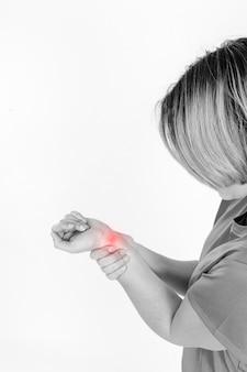 Widok z boku kobieta z bólem nadgarstka