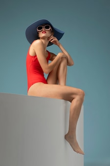 Widok z boku kobieta z czerwonym kostiumem kąpielowym