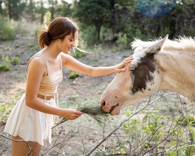 Widok z boku kobieta z koniem