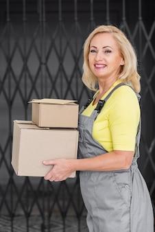 Widok z boku kobieta z pakietami
