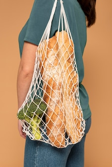 Widok z boku kobieta z torbą żółwia z bliska