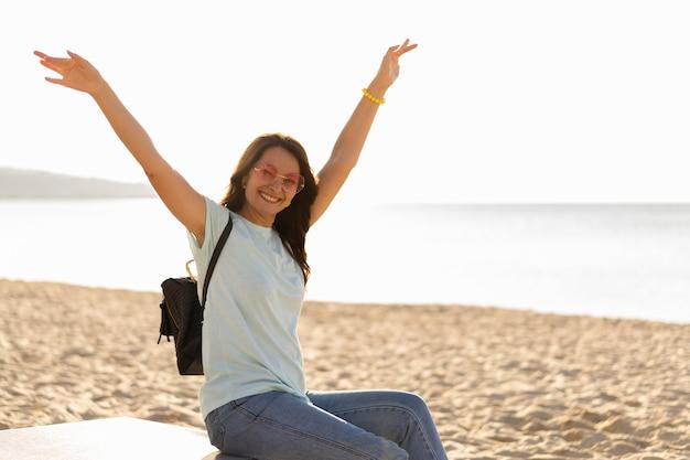 Widok z boku kobiety, ciesząc się plażą