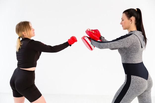 Widok z boku kobiety ćwiczy pudełko
