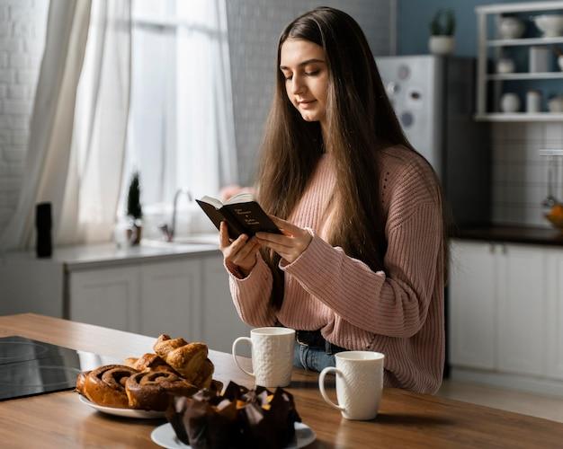 Widok z boku kobiety modlącej się z biblii