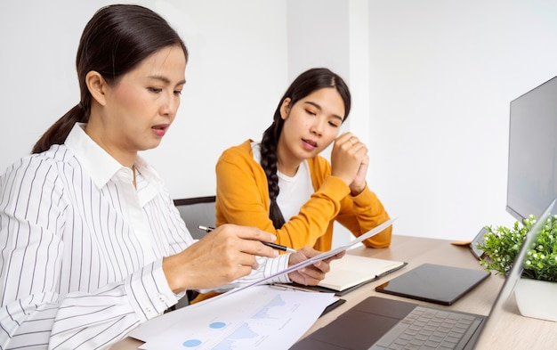 Widok z boku kobiety myślące o nowych pomysłach na projekt pracy