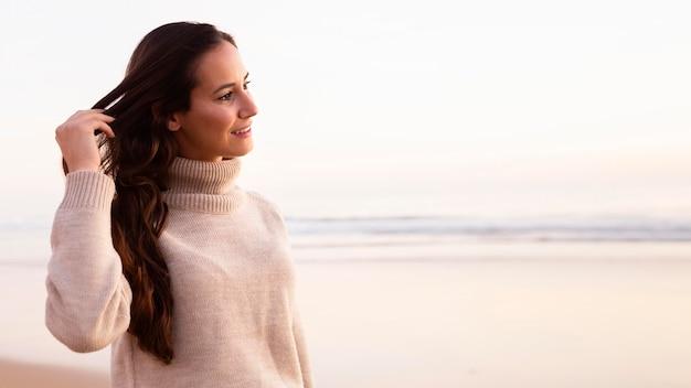 Widok z boku kobiety na zewnątrz przy plaży