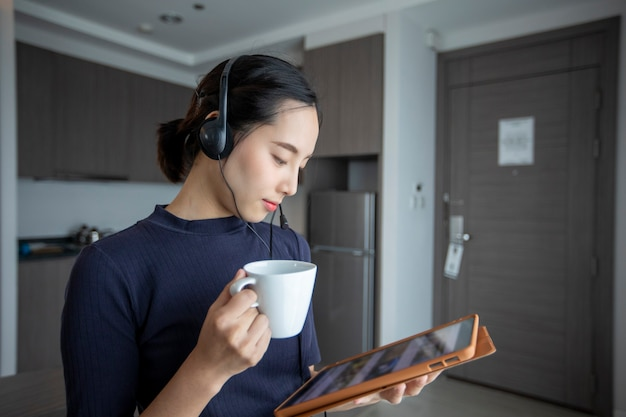 Widok z boku kobiety oglądającej tablet