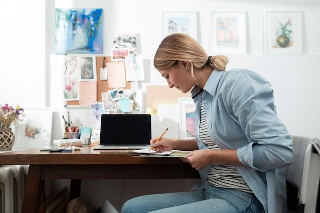 Widok z boku kobiety pisania