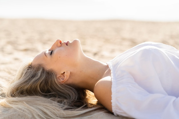 Widok z boku kobiety relaks na plaży