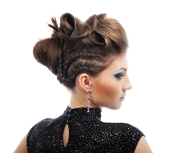 Widok z boku kobiety z fryzurą stylu