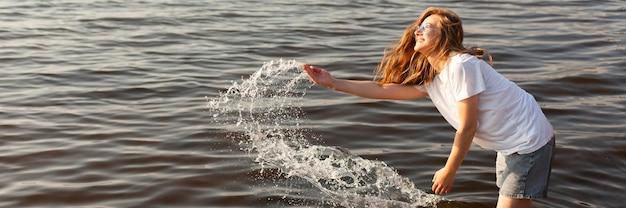 Widok z boku kobiety zabawy w wodzie z miejsca na kopię