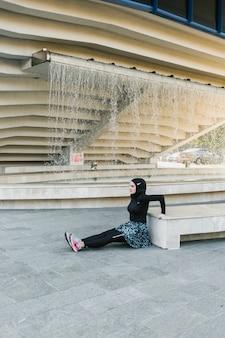 Widok z boku kobiety ze szkoleniem hidżabu