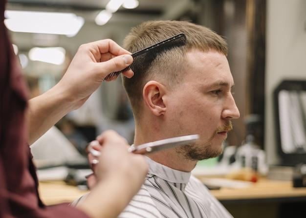 Widok z boku koncepcji fryzjera
