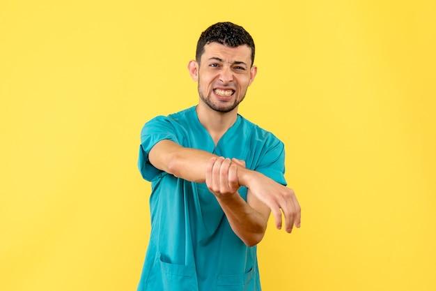 Widok z boku lekarz lekarz mówi, co zrobić, gdy boli cię ręka