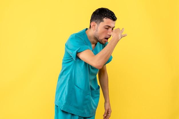Widok z boku lekarz, lekarz mówi, jak leczyć przekrwienie błony śluzowej nosa