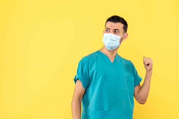 Widok z boku lekarz lekarz mówi o skutkach ubocznych nowej szczepionki