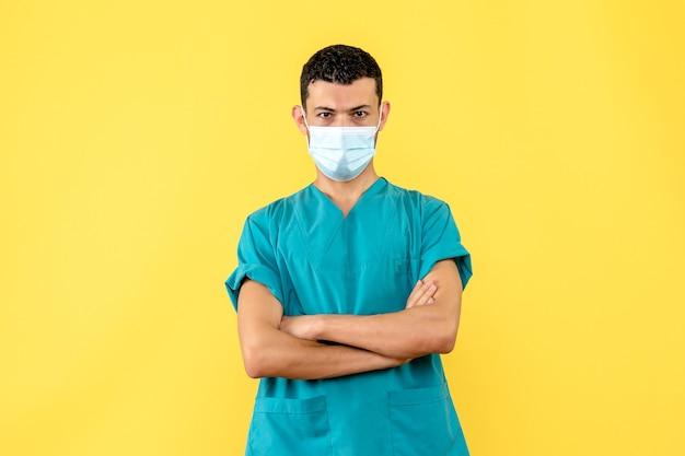 Widok z boku lekarz lekarz mówi o wynalezieniu nowej szczepionki przeciwko koronawirusowi