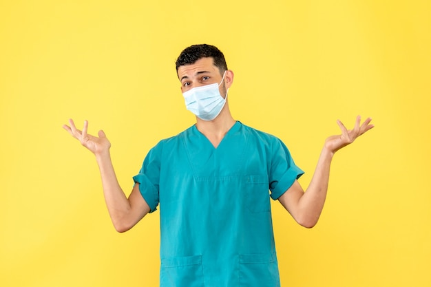 Widok z boku lekarz lekarz mówi o znaczeniu używania masek
