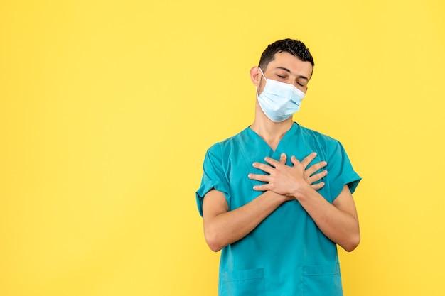 Widok z boku lekarz lekarz mówi, że jednym z objawów koronawirusa jest duszność