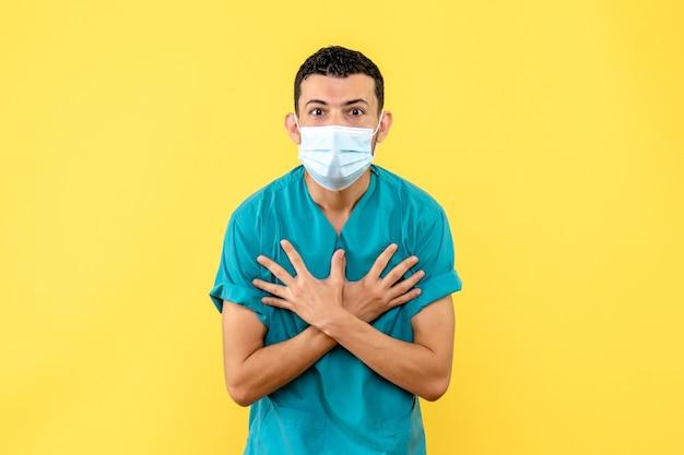Widok z boku lekarz lekarz w masce mówi, że duszność jest objawem koronawirusa
