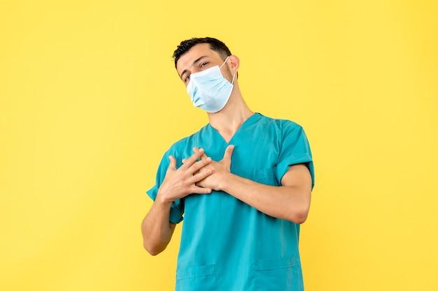 Widok z boku lekarz lekarz w masce mówi, że zawsze jest gotów pomagać ludziom