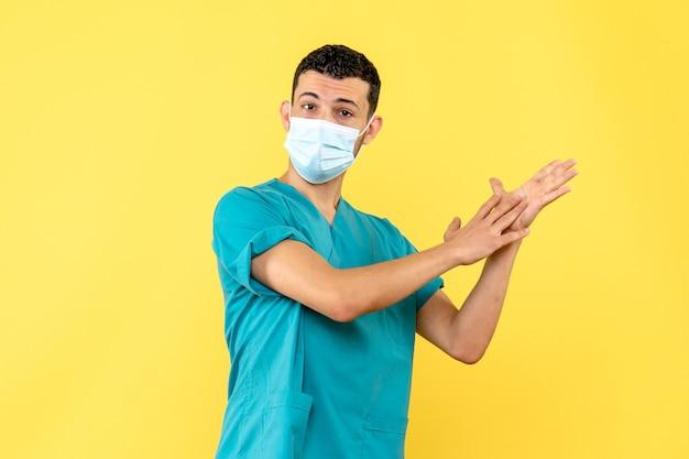 Widok z boku lekarz lekarz w masce opowiada o myciu rąk podczas pandemii