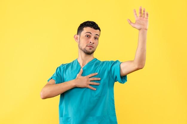 Widok z boku lekarz lekarz zachęca ludzi do wezwania karetki w celu wykonania testu na koronawirusa
