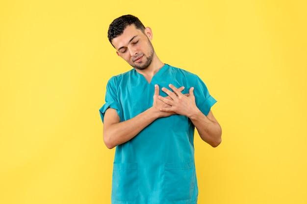 Widok z boku lekarz, o którym mówi lekarz, że pomoże wszystkim pacjentom z koronawirusem w szpitalu
