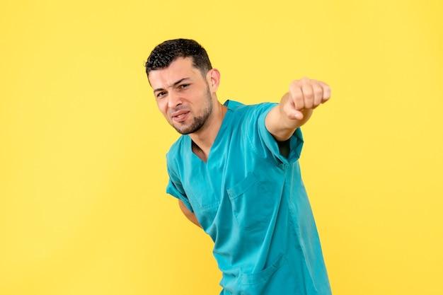 Widok z boku lekarz specjalista jest pewien, że współczesna medycyna pomoże ludziom