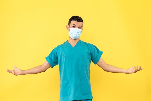 Widok z boku lekarz w masce lekarz ma nadzieję, że ludzie będą w stanie wyleczyć się z koronawirusa