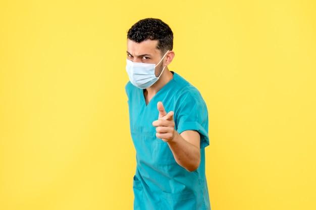 Widok z boku lekarz w masce lekarz mówi, co robić podczas pandemii koronawirusa