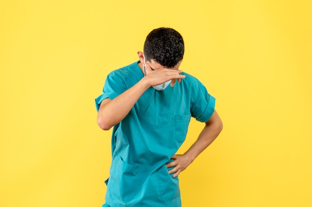 Widok z boku lekarz w masce lekarz mówi o konsekwencjach covid-