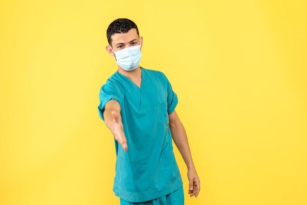 Widok z boku lekarz w masce lekarz mówi, że ważne jest zachowanie dystansu społecznego