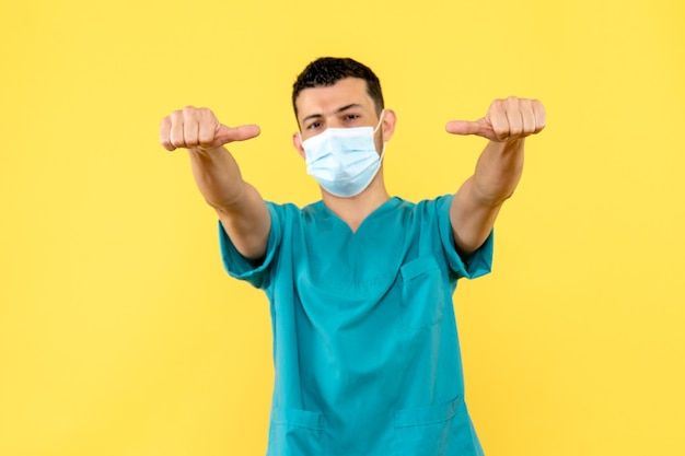 Widok z boku lekarza, który lekarz chce pomagać ludziom