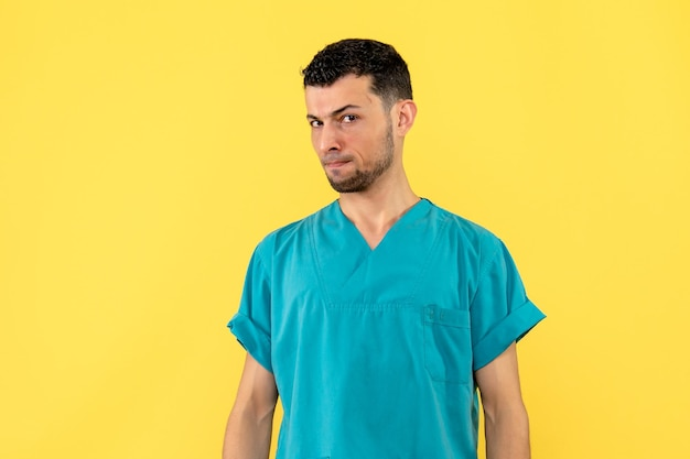 Widok z boku lekarza myśli o problemach pacjentów